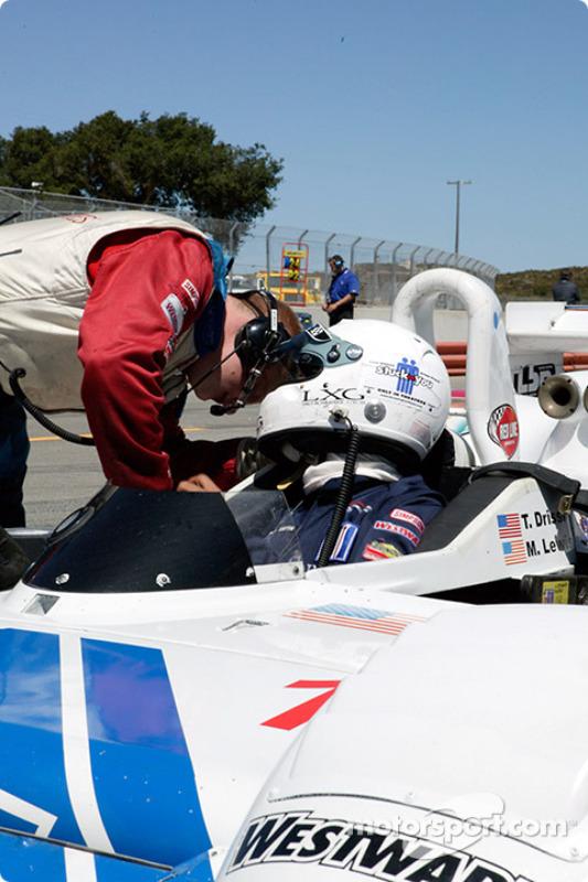 Une discussion entre Tomy Drissi et son chef-mécanicien avant de prendre le volant