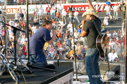 Uncle Kracker and Hootie and the Blowfish entertain the pre-race crowd