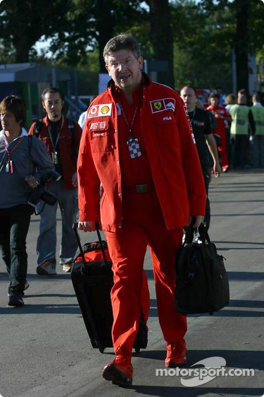 Ross Brawn entra en el paddock