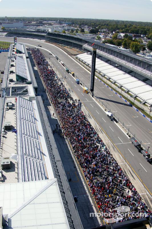 Une vue aérienne des fans au pitwalk