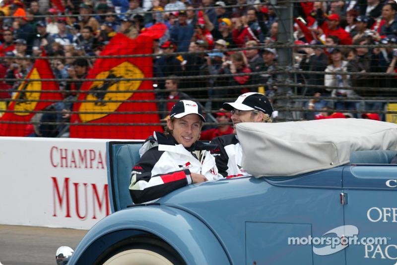 Desfile de pilotos:  Jenson Button y Jacques Villeneuve