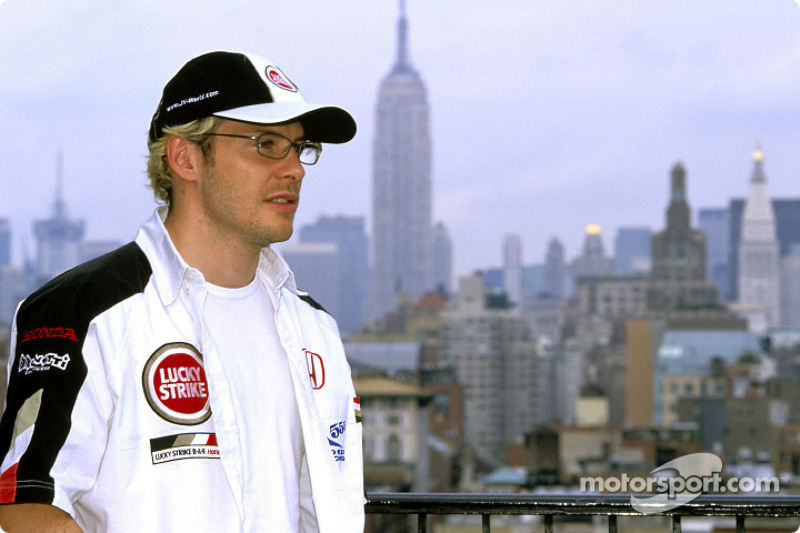 Jacques Villeneuve ve el horizonte de la ciudad de Nueva York