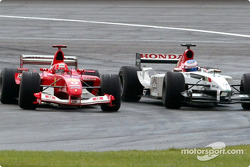 Michael Schumacher pasa a Jenson Button