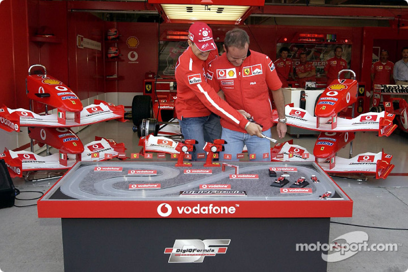 Evento promocional de Vodafone: Michael Schumacher y Rubens Barrichello jugar DigiQFormula