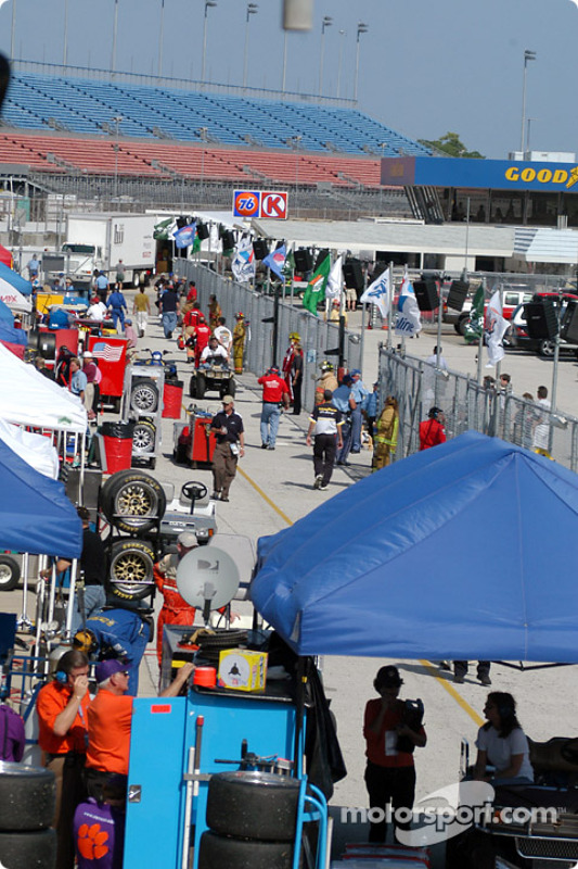 De l'activité dans les stands avant la course