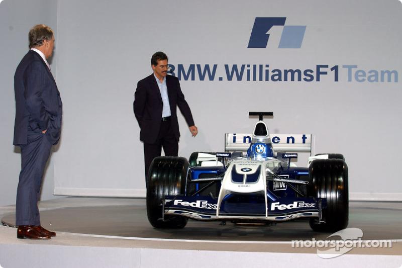Технічний директор Williams Патрік Хед і голова BMW Motorsport Маріо Тайссен з новим Williams FW26 BMW