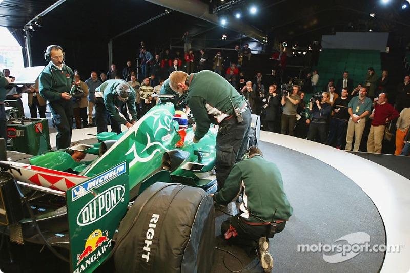 Mark Webber ve takım elemanları get ready to test yeni Jaguar R5