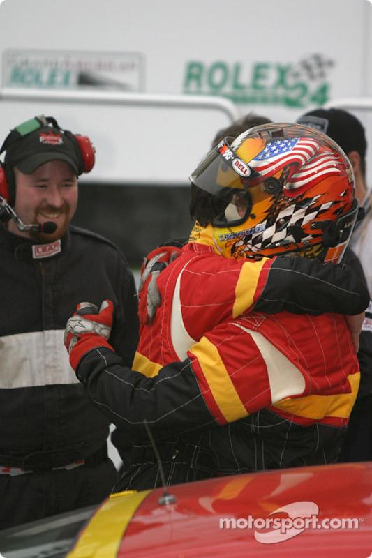 La Porsche 996 n°44 de The Race Site.com (Craig Stanton, Terry Borcheller) passe sous le drapeau à damiers