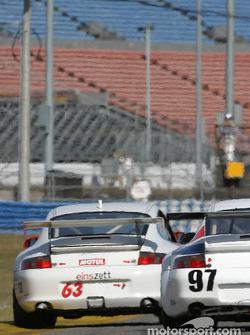 La Porsche GT3 Cup n°63 du Glenn Yee Motorsports (Hugh Plumb,  Geoff Escalette, Kim Wolfkill, Mike Lewis) et la Porsche GT3 RS n°97 du Graham Nash Motorsport (Robert Orcutt, Ken Dobson, Kurt Teal, Paul Jenkins)