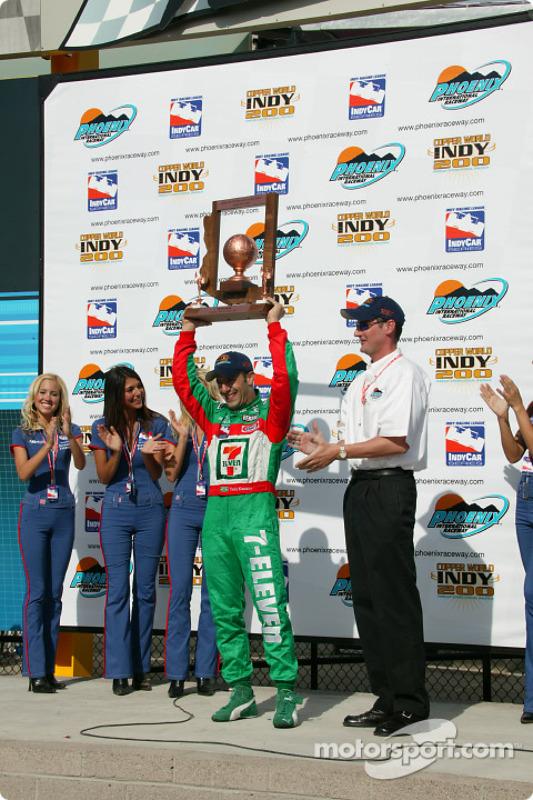 Tony Kanaan reçoit le trophée du vainqueur