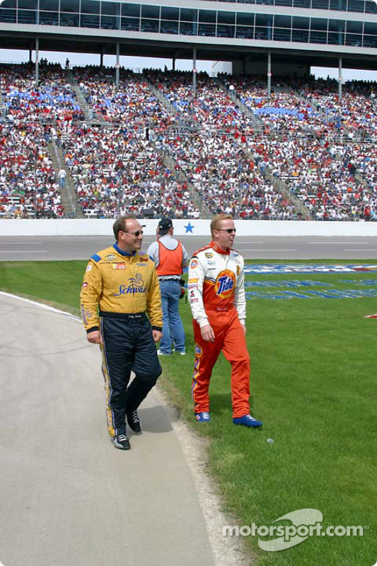 Ken Schrader et Ricky Craven en route vers la grille de départ