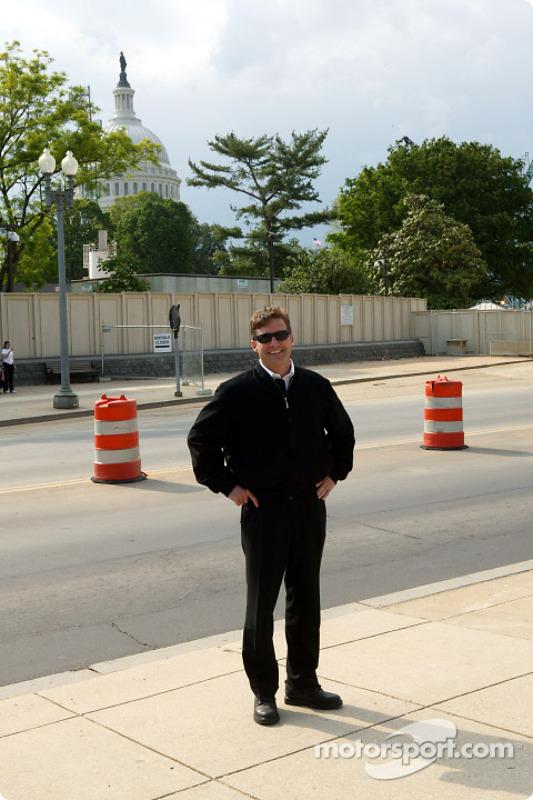 L'Indy 500 visite Washington : Robbie Buhl avec le Capitole en fond