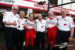 Cristiano da Matta celebrates 6th place finish with Toyota team members