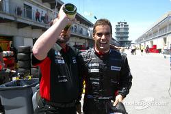 Zsolt Baumgartner celebra el 8 º lugar final con Paul Stoddart