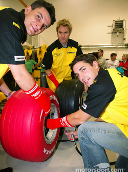 Timo Glock, Giorgio Pantano ve Nick Heidfeld change a red Bridgestone lastiği ve wear a red sock aid, Sport relief