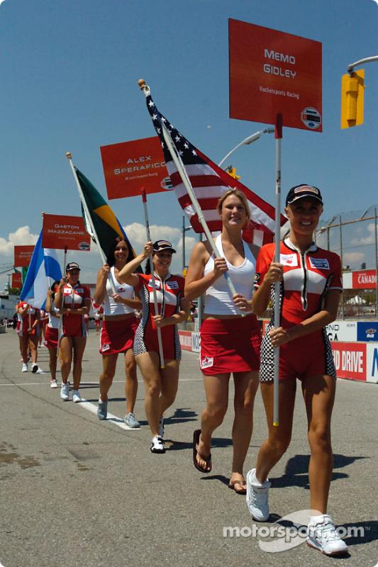 Les charmantes grid et flag girls arrivent sur la grille de départ