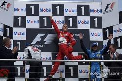 Podio: ganador de la carrera Michael Schumacher, el segundo lugar Jenson Button y el tercer lugar Fe