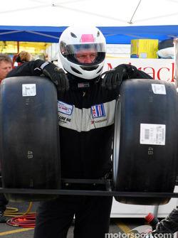 Un membre de l'équipe Miracle Motorsports