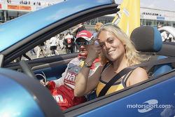 Desfile de pilotos: Katja Poensgen y Timo Scheider