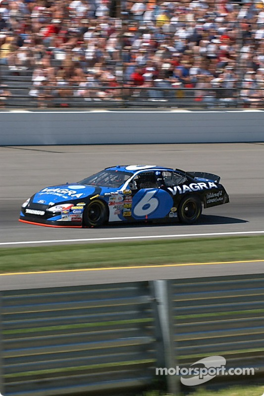 Le n°6 Mark Martin se qualifie pour le Brickyard 400