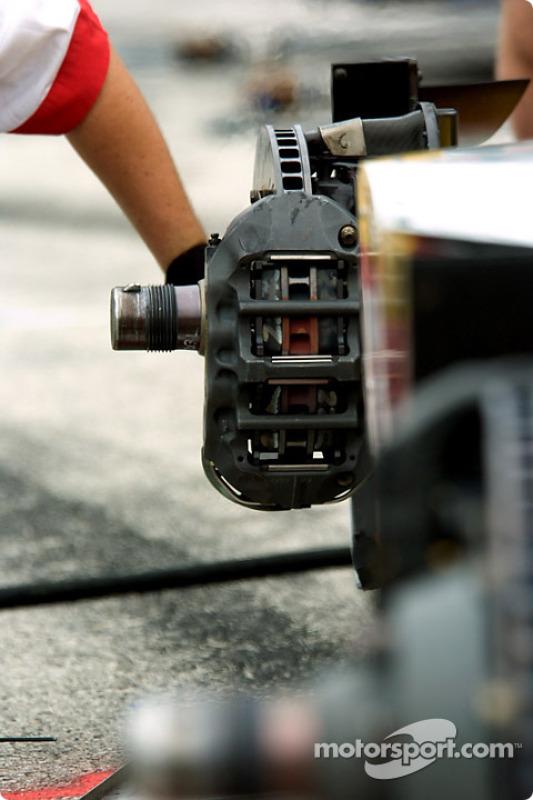 Un membre de l'équipe Newman/Haas travaille sur les freins