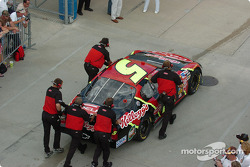 Terry Labonte crew push the car back to the garage