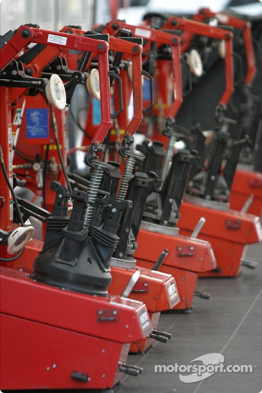 Les machines qui montent les pneus Bridgestone