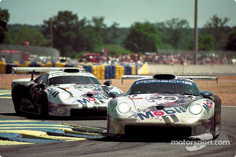 1996 год. Экипаж Ханса-Йоахима Штука, Тьерри Бутсена и Боба Уоллека, Porsche 911 GT1 (№25); экипаж Карла Вендлингера, Янника Далмаса и Скотта Гудьира, Porsche 911 GT1 (№26)