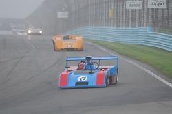 #17- James Freeman- Matich SR-2 devant the #2-  McLaren M6B of Robert Ryan.
