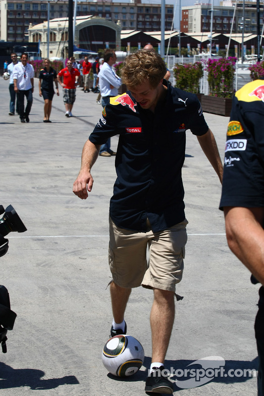 Sebastian Vettel, Red Bull Racing met voetbal