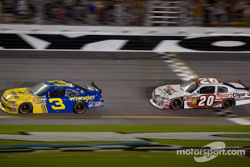 Dale Earnhardt Jr. passeert de finishvlag voor Joey Logano