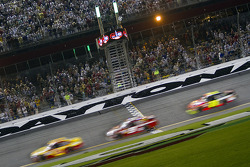 Kevin Harvick, Richard Childress Racing Chevrolet passe le drapeau à damiers