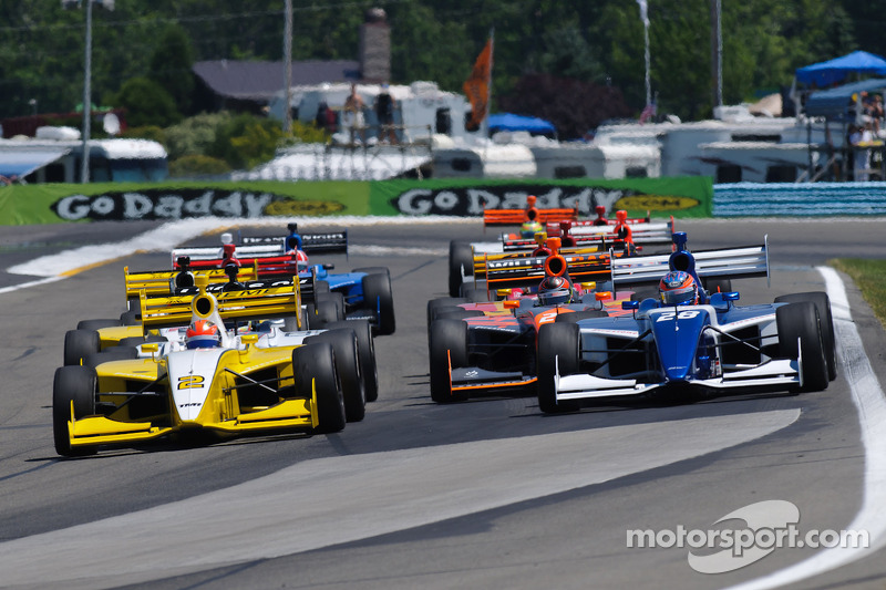 James Hinchcliffe leads the field to the start