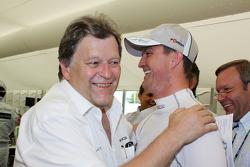 poleman Ralf Schumacher, Team HWA AMG Mercedes C-Klasse fête son succès avec Norbert Haug