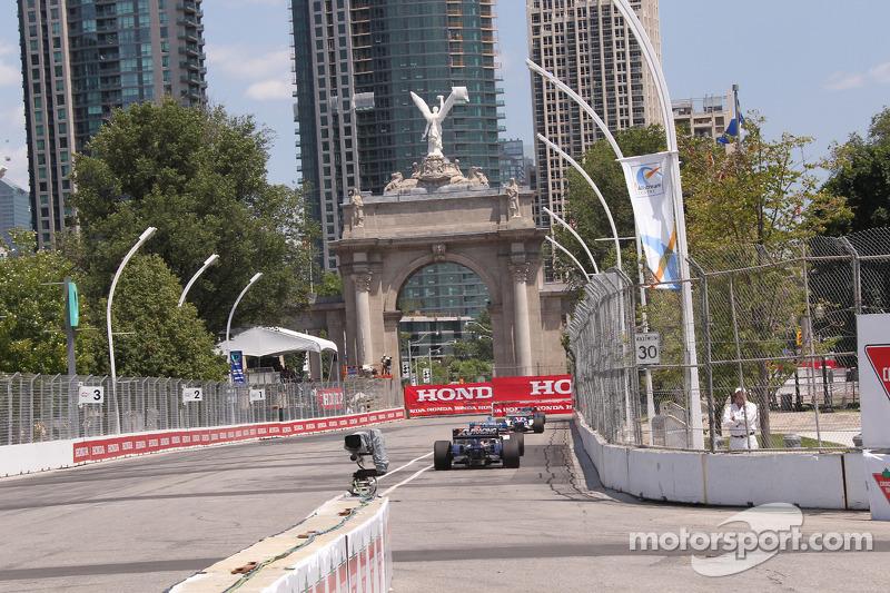 Auto's naar het circuit bij de start van de sessie