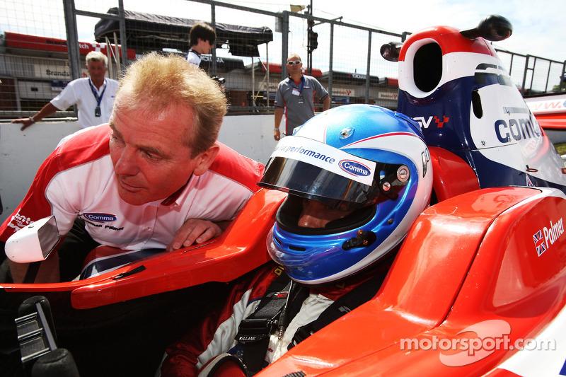Jonathan Palmer, CEO MotorSport Vision, met zijn zoon Jolyon Palmer op de startopstelling voor race