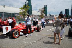 Fans pose with the car of Scott Dixon, Target Chip Ganassi Racing