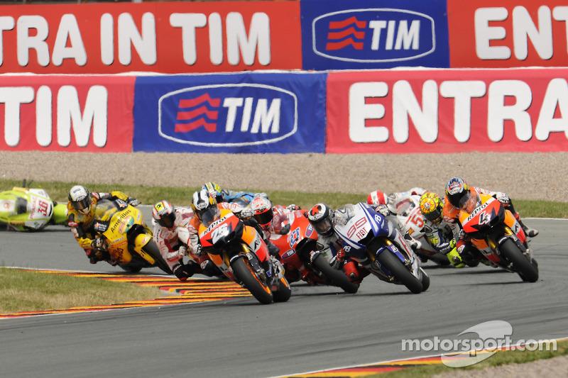 Start: Dani Pedrosa, Repsol Honda Team voor Jorge Lorenzo, Fiat Yamaha Team