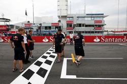 Sebastian Vettel, Red Bull Racing à pieds sur la piste et regarde le haut de la grille