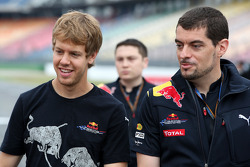 Sebastian Vettel, Red Bull Racing discute avec Guillaume Rocquelin son ingénieur