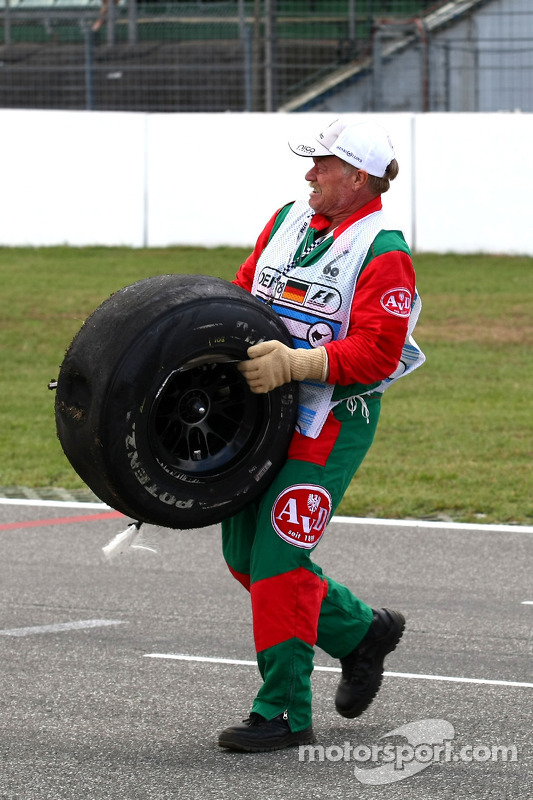 Vitantonio Liuzzi, Force India F1 Team crashes during first qualifying session, marshal bring back a