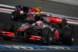 Дженсон Баттон (McLaren Mercedes) попереду Марка Веббера (Red Bull Renault)
