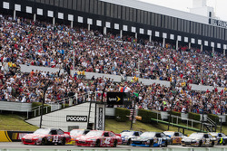 Start: Tony Stewart, Stewart-Haas Racing Chevrolet and Juan Pablo Montoya, Earnhardt Ganassi Racing Chevrolet lead the field