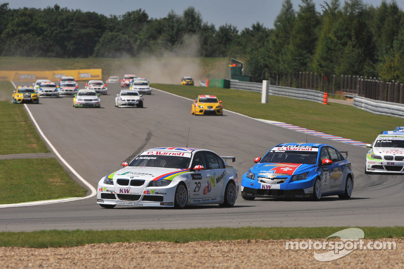 Colin Turkington eBay Motors BMW 320si voert het veld aan