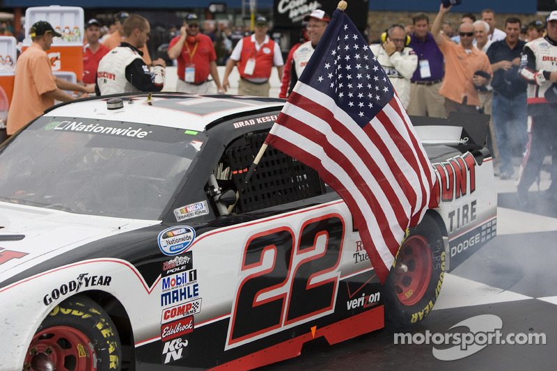 Race winnaar Brad Keselowski in victory lane