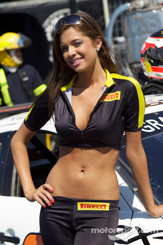 Une charmante Pirelli Girl