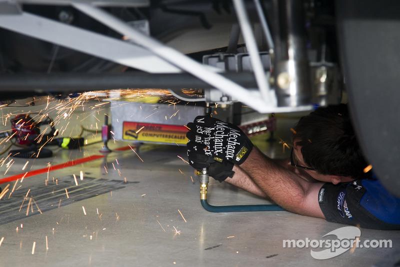 Carl Edwards teamleden werken aan zijn auto