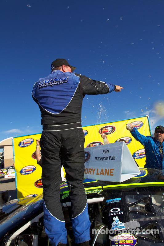 Victory lane: race winnaar Greg Pursley