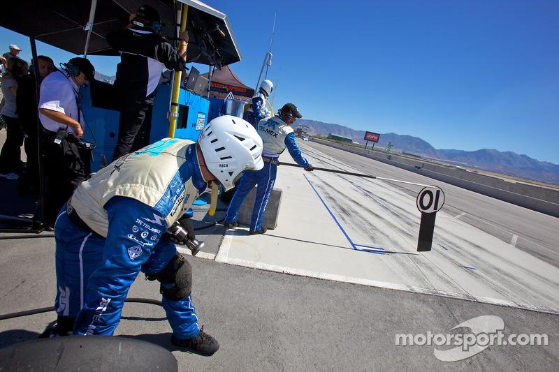 Chip Ganassi Racing teamlid klaar voor de pitstop