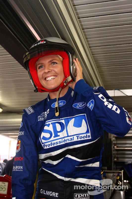 Gast Stone Brothers Racing, surfkampioene Stephanie Gilmore met ritje in de wagen van SP Tools Racing